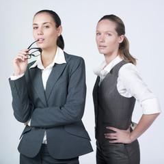 deux jeunes femmes d'affaires sérieuses