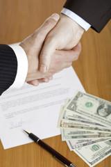 Business handshake after contract signature - Händeschütteln
