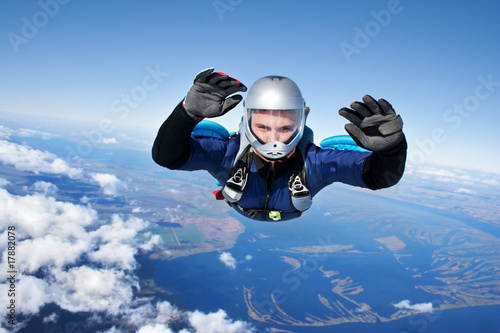 Leinwanddruck Bild Skydiver falls through the air