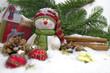 weihnachtsmann mit Schnee und Christbaumkugeln