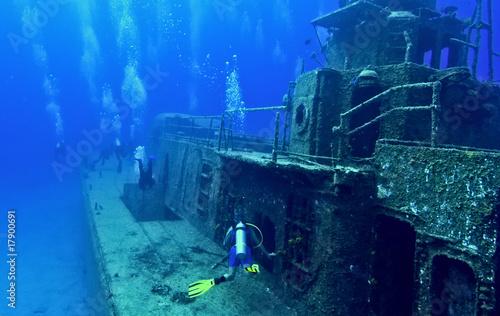 Fotobehang Duiken Exploring a shipwreck