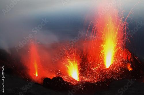 Leinwandbild Motiv Eruption aus drei Kratern am Stromboli