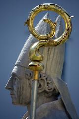 statua di Papa di profilo