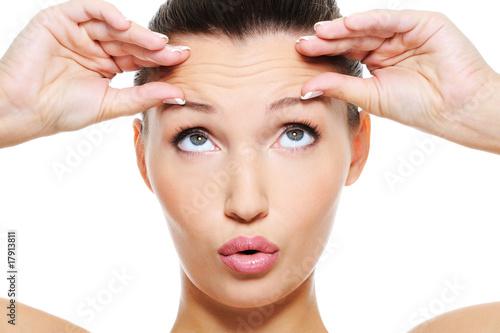 fototapeta na ścianę twarz kobiety ze zmarszczkami na czole