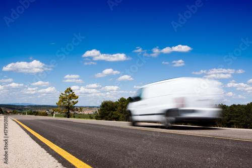Furgoneta en la carretera - 17915018