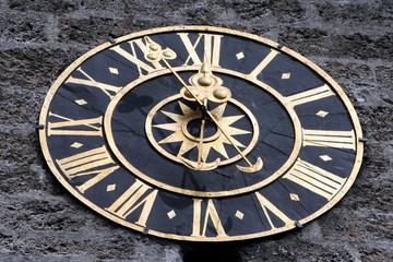 antico orologio a lancette di una torre medievale