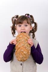 Mädchen beim brot essen