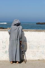 vieil homme face à la mer
