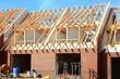 Neubau Reihenhaus Dachbalken Rohbau blauer Himmel