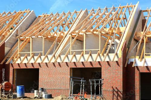 neubau reihenhaus dachbalken rohbau blauer himmel von panoramo lizenzfreies foto 17991602 auf. Black Bedroom Furniture Sets. Home Design Ideas