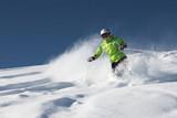 Narciarz w głębokim śniegu