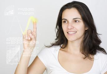 Junge Frau drückt auf virtuellen Schirm