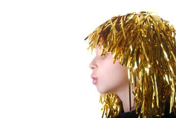 Profil d'enfant avec perruque dorée lors du carnaval