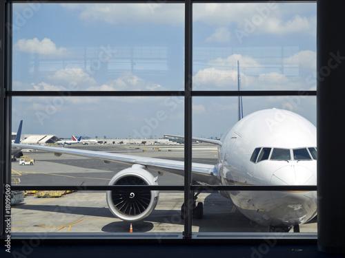 okno-na-lotnisku-z-widokiem-na-samolot