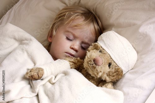 Leinwanddruck Bild boy and teddybear in bed