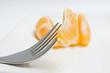 gajo de mandarina y tenedor