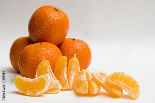 cuatro mandarinas y otra en gajos