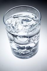 Ghiaccio e acqua nel bicchiere