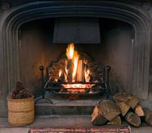 Kamienny kominek z zapaloną ryk ognia