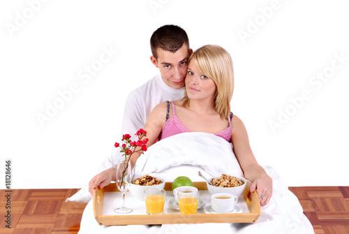 jeune couple prenant le petit d jeuner au lit de aldegonde le compte photo libre de droits. Black Bedroom Furniture Sets. Home Design Ideas