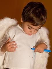 bambino che pasticcia la maglia
