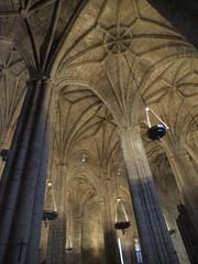 Enormes columnas en la catedral de Cáceres