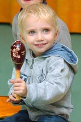 l'enfant blond et son maraca