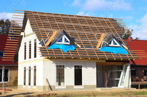 neubau einfamilienhaus dachbalken rohbau blauer himmel von panoramo lizenzfreies foto 18160826. Black Bedroom Furniture Sets. Home Design Ideas