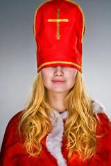 Weihnachtsfrau mit Mütze im Gesicht