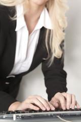 Business Frau an der Tastatur