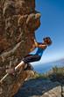 Mujer escalando chica