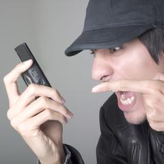 jeune homme énervement communication gsm portable