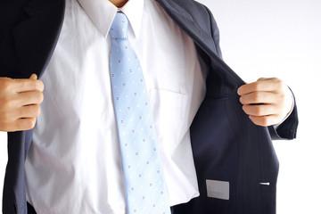 上着を脱ぐビジネスマン