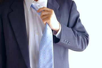 ネクタイを取るビジネスマン