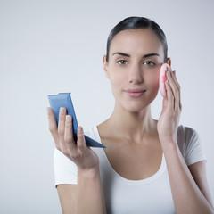 jeune femme se maquillant beauté