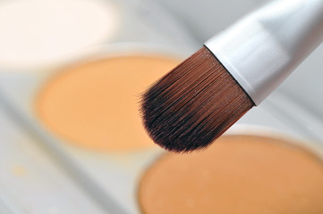 Makeup brush with powder palette
