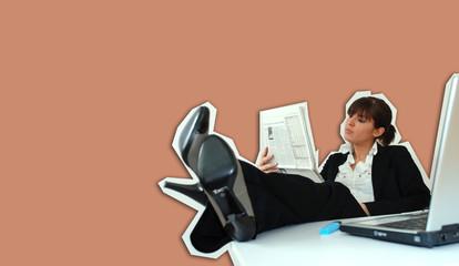 Femme au bureau lisant le journal