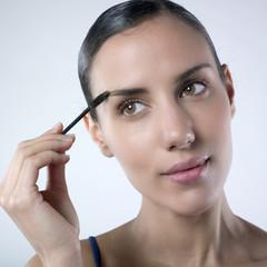 jeune femme mascara cils sourcils