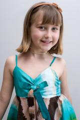 bambina che sorride  mezzo busto