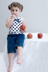 bambina con mele