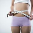 jeune femme mince avec centimètre régime