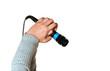 microfono tenuto in mano su sfondo bianco