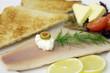 Geräuchertes Forellenfilet mit Toast und Butter