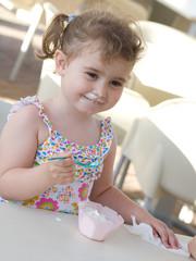 bambina che mangia  gelato