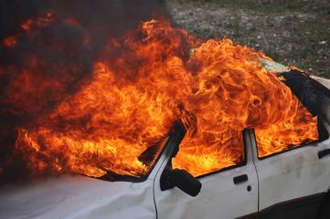 véhicule en feu