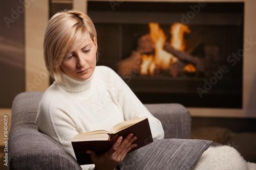 Fototapeta kobieta - młody - Czytanie / Pisanie