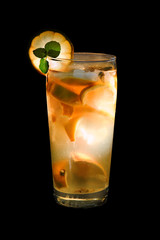 Cocktail auf schwarzem Hintergrund