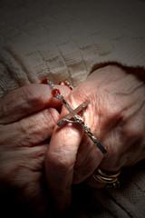 rosario nelle mani di una donna anziana