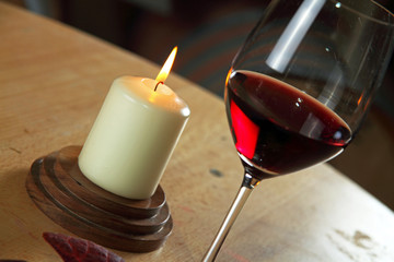 rotwein im glas mit kerze
