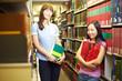 Zu zweit in Bibliothek